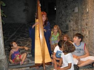 Patrizia Borromeo circondata dai bambini!