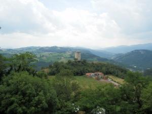 il panorama dal castello di Rossena: di fronte a noi la torre di Rossenella
