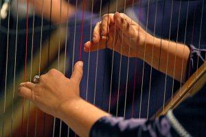 <em>Mani che pizzicano le corde di uno strumento antico e raccontano storie che possono ancora emozionarci.</em>