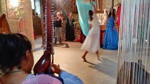 suonando e danzando per la Regina delle Fate